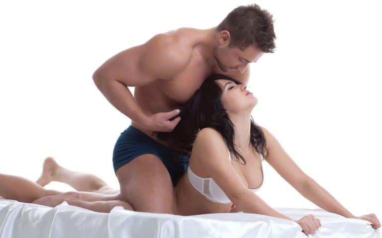como sorprender a tu novia en la cama